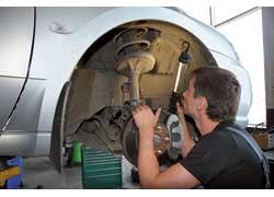 Ресурс амортизаторов в разных моделях авто может колебаться от 60 до 150 тыс. км. Признак их неработоспособности – мягкая подвеска, следы масла на корпусе, после езды по неровностям амортизаторы