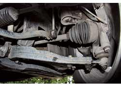 Пыльники ШРУСов должны быть герметичными. При наличии разрывов и трещин их срочно нужно менять.