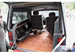 Главное условие при замене штатных откидных «стульчиков» комфортным диваном – сохранение возможности трансформации. Универсальный кузов – одно из существенных достоинств ЛуАЗа.