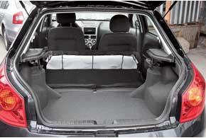 У Forza, сменившей на конвейере «Славуту», такой же тип кузова – лифтбек. Он гораздо практичнее седана за счет огромного погрузочного проема.