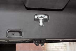 Предусмотрена даже ручка, которая позволяет открыть багажное отделение изнутри.