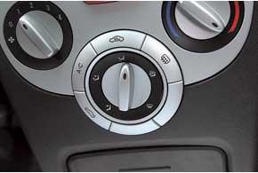 Включая кондиционер, можно ненароком открыть багажник. Ведь кнопки расположены совсем рядом.
