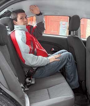 Посадка за рулем вполне нормальная. У рулевой колонки есть регулировка наклона. А вот на заднем ряду пассажир ростом 184см упирается головой впотолок.