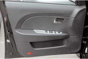 У Forza – центральный замок, электрорегулировка зеркал и электростеклоподъемники всех дверей.