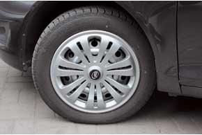 Шины размерностью 185/65 R15– несамые дешевые. Немалая высота профиля позволяет смягчать неровности дороги.