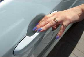 Виновниками некоторых повреждений на кузове автомобиля являются вовсе не дорожные особенности и ошибки водителя. Так, углубления в дверях под ручками их открывания царапают сами пассажиры.