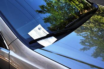 Нарушителям парковки начали раздавать специальные бланки