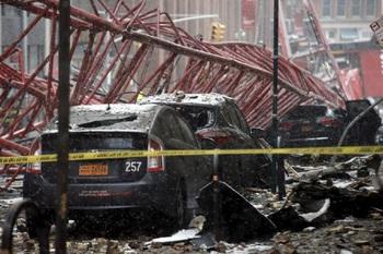 В Нью-Йорке, на Манхэттене кран раздавил несколько автомобилей (+ВИДЕО)