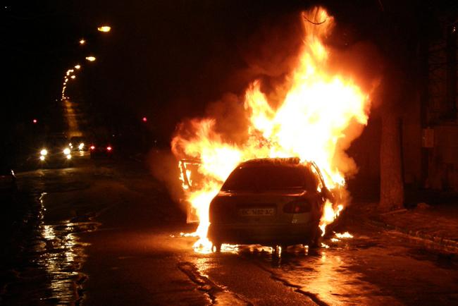 На Львівщині запалали два автомобілі thumbnail