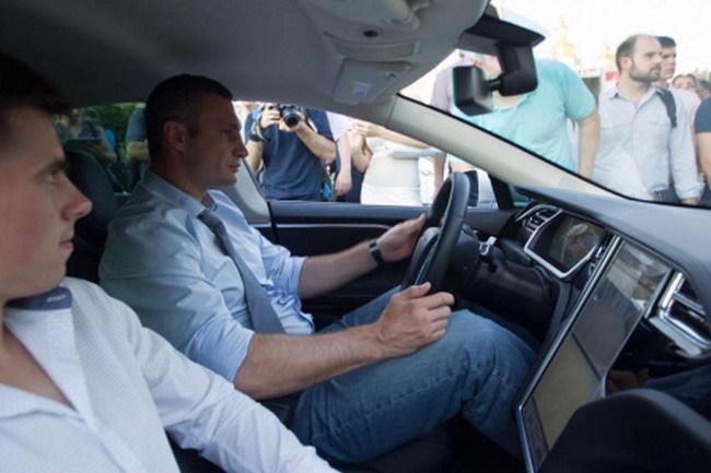 Виталий Кличко протестировал электромобили