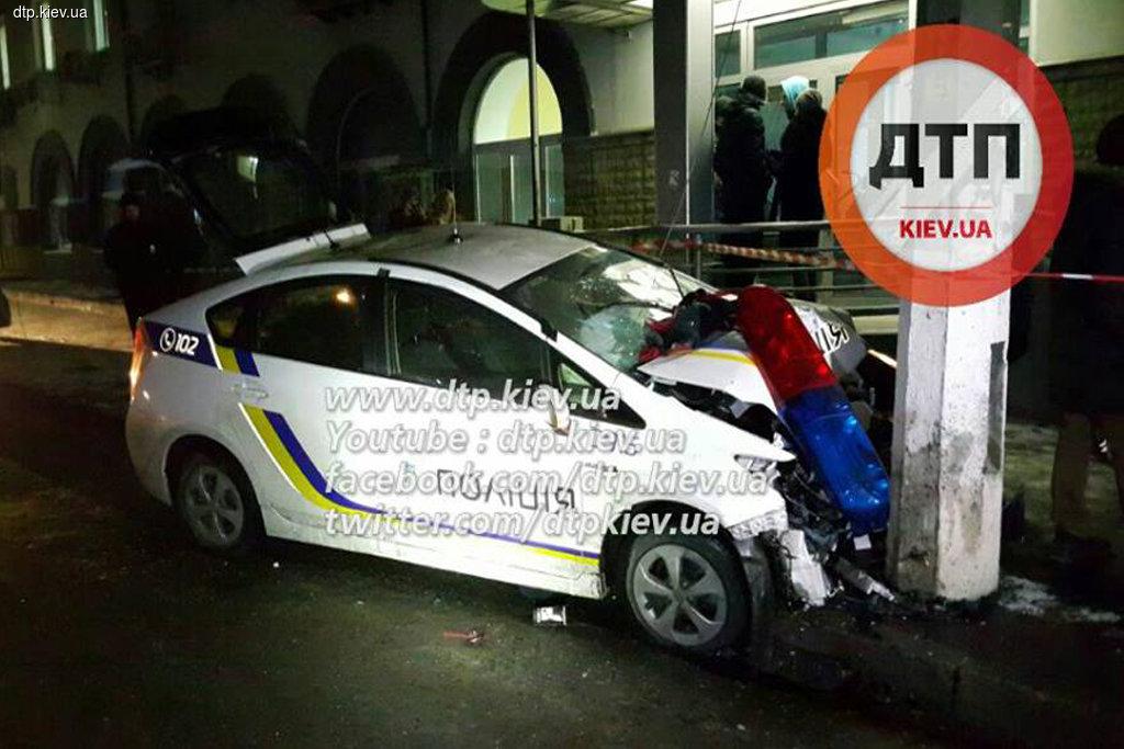 ВКиеве вооруженные грабители протаранили патрульный автомобиль иеще пару машин