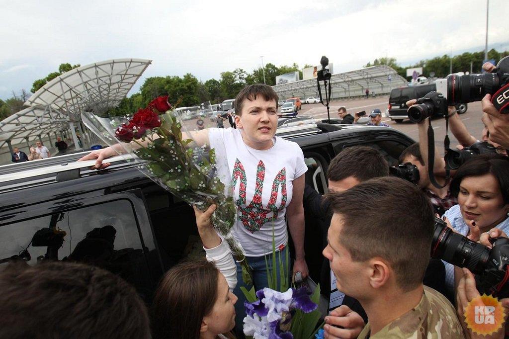 Россиянам пора вставать сколен,— Савченко впервой речи после возвращения