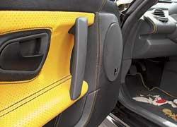 Прикрепить 16-сантиметровый вуфер калюминиевому каркасу двери невозможно, поэтому пришлось усиливать внутреннюю карту.