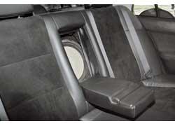12-дюймовый сабвуфер Phase Aliante виден только при откинутом подлокотнике между задними сиденьями.
