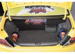 Два баллона с закисью азота компактно расположились по бокам багажного отсека.12-поршневые тормозные суппорты не часто встретишь даже в гоночных машинах.