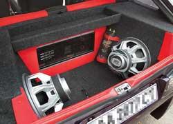 Из-за аудиосистемы емкость 400-литрового багажника уменьшилась более чем в два раза.