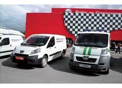 Премьеру салона – развозной фургончик Peugeot Expert – охранял «старший братец», бронированный инкассаторский Boxer.
