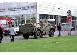 Этот специальный БРДМ-2 штурмует КПП «Автошоу» – он участник ретроэкспозиции.