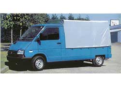 Renault Trafic выпускался в многочисленных версиях, в частности как бортовой грузовик, самосвал или даже пикап с одинарной или двойной кабиной.