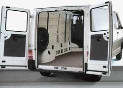 Фургон отличается низкой погрузочной высотой и довольно широким задним дверным проемом.
