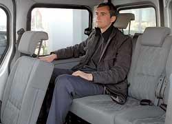 Третий ряд сидений – полноценный трехместный. Даже у высоких людей колени не упираются в спинки кресел.