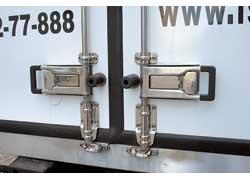 На фургонах применяется наружный или внутренний запорный механизм с хромо-никилиевыми фитингами итальянской фирмы Pastore & Lombardi.