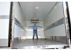 Над полом защитный алюминиевый молдинг высотой 160 мм. А выше – ячеистый крепежный молдинг.