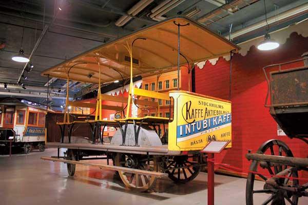 История городского транспорта Стокгольма восходит к небольшим конным омнибусам, запряженным парой лошадей. Они начали развозить пассажиров в 1835 году. Один такой экипаж, правда, построенный позже, в 1891 году, имеется в экспозиции музея (на фото)