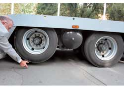 Тяжеловоз голландской марки Estepe может перевозить до трех седельных тягачей общей массой 45 т. У него – раздвижная рама и подъемная задняя ось.