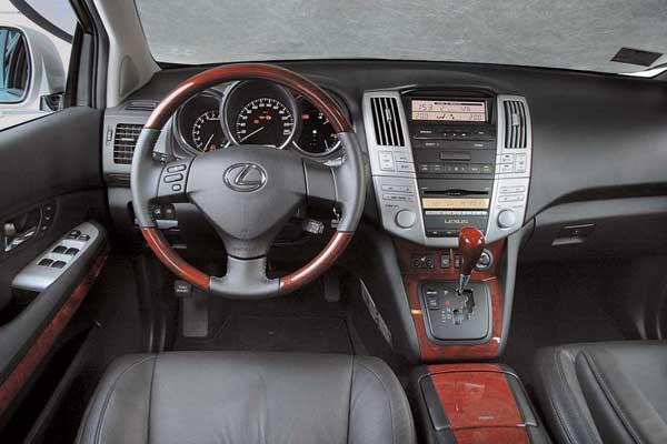 В салоне Lexus RX 350 чувствуешь себя, как в дорогом деловом кабинете. «Деревянный» руль не лучший вариант для быстрой «рулежки».