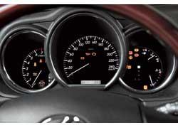 Щиток приборов Lexus RX 350 успокаивает нежной подсветкой комбинации приборов. Информация считывается наиболее легко.