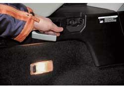 Спинки заднего дивана в Infiniti складываются только в пропорции 40:60. Зато сделать это проще всего – потянул за ручку и готово. «Запаска» так же является «футляром» для сабвуфера.