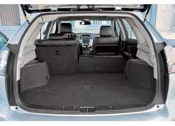 Пневмоподвеска Lexus обеспечивает небольшую погрузочную высоту. Инструмент – в дальней подпольной нише. Электропривод избавляет от необходимости закрывать багажник вручную.