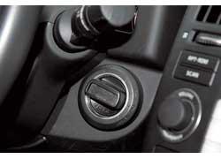 Система Intelligent Key позволяет открыть/закрыть машину кнопкой, а мотор запускать/глушить ручкой.