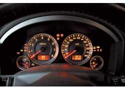 Спидометр американской версии «эф икса» был оцифрован «всего лишь» до 240 км/ч, а не до 260 км/ч, как у «европейца».