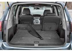 Багажник Subaru самый просторный, ведь он обеспечивает место для третьего ряда. Крышки подпольных ниш легко фиксируются в поднятом состоянии.