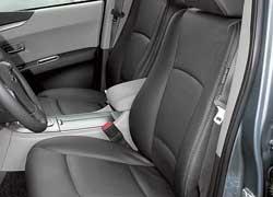 В Tribeca поясничный подпор водительского сиденья регулируется ручкой с правой стороны спинки. За счет выше расположенной подушки сидеть сзади в Subaru удобнее, чем в Lexus. К тому же тут больше всего места для ног.
