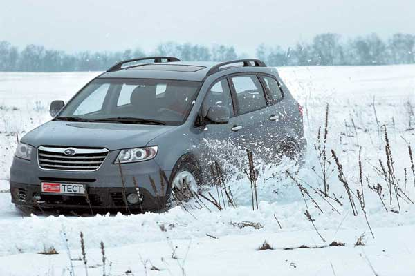 «Обиженно» выпяченная «губа» бампера, которой машина лихо зачерпывает снег, знакома по модели первого поколения.