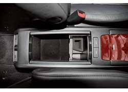 Створки отсека между передними сиденьями «Лексуса» открываются и закрываются кнопками.