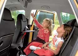 У задних пассажиров Altea Freetrack есть не только подлокотник и откидные столики, но даже 7-дюймовый жидкокристаллический экран, а также вместительные отделения на потолочной консоли.