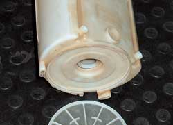 Промыть фильтр грубой очистки бензина можно растворителем для красок и очистителем карбюратора. Механическим помощником может быть капроновая щетка (например, зубная). Наибольший эффект дает жидкость Wynn's для стендовой чистки форсунок.