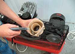 Внутренняя полость «стакана» модуля бензонасоса, как и его сетка, требует периодической очистки и продувки сжатым воздухом.