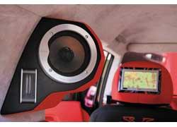 Изодинамические твитеры применяются в двух различных комплектах двухкомпонентной акустики аудиосистемы этого автомобиля.
