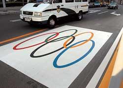Во время Олимпиады на самых оживленных магистралях пяти китайских городов, принимавших Игры, для транспорта олимпийцев в дневное время суток была зарезервирована левая полоса.