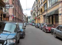 В будние дни в центре маленькие двухполосные улочки превращаются в бесплатную парковку, поэтому проехать здесь может только одна машина.