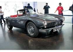 Знаменитый, дорогой и мощный родстер BMW 507 (1956–59 гг.) произвел фурор на осеннем Франкфуртском автосалоне 1955 года. 8V, 3168 см куб., 150 л. с., 190–220 км/ч.