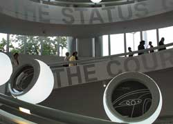 Внутри бетонной чаши посетители поднимаются по спиральной леснице: все выше и выше....