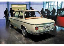Массовая BMW 1600 (1966–75 гг.). Кузов «мыльница» похож на «Запорожец». 4 цил., 1573 см куб., 85 л. с., 160 км/ч.