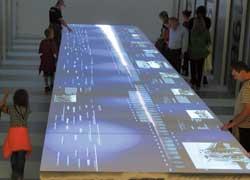 Хронотрон – стол-дисплей, на котором воспроизводятся исторические фотографии.