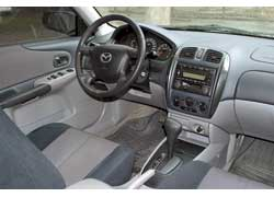 Дизайнерскими изысками салон Mazda 323 не отличается. По духу его оформление ближе к Bora.